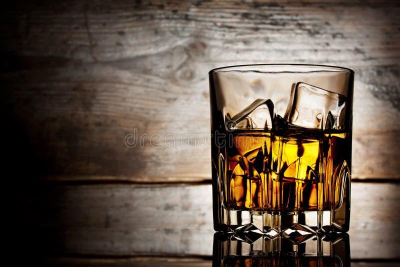 Download Vidrio Tallado De Whisky Con Hielo Foto de archivo - Imagen de amarillo, nadie: 41916950