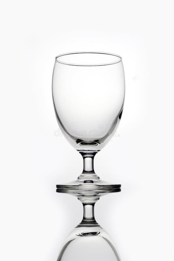 Vidrio vacío para el agua en el fondo blanco imágenes de archivo libres de regalías