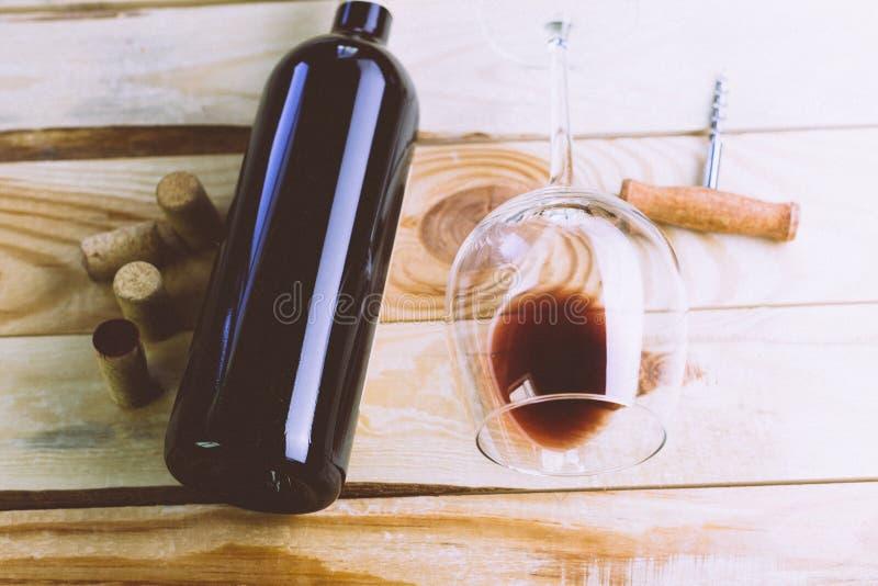 Vidrio y botella imagenes de archivo