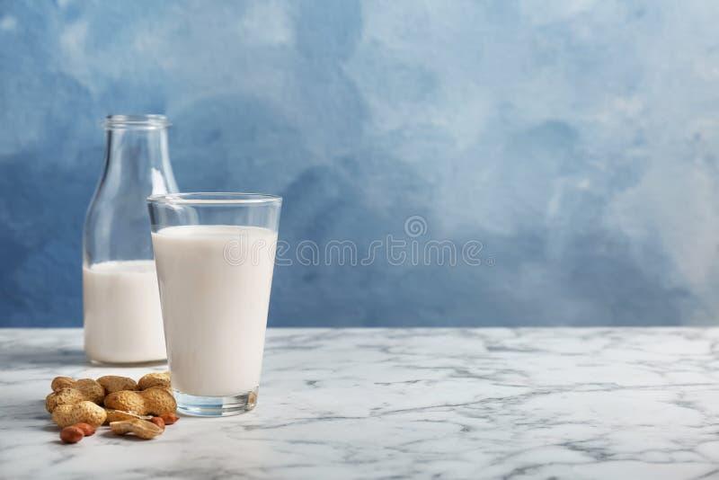 Vidrio y botella con leche del cacahuete fotografía de archivo