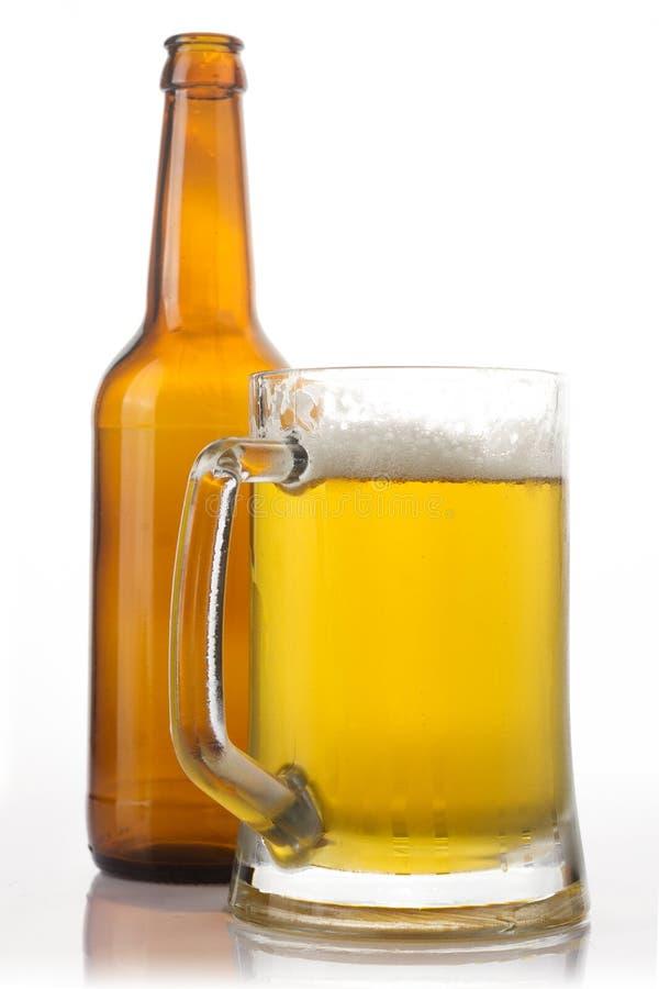 Vidrio y botella de cerveza imagenes de archivo