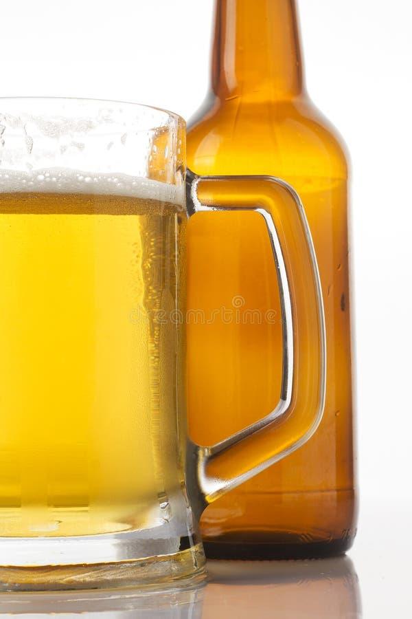Vidrio y botella de cerveza foto de archivo libre de regalías