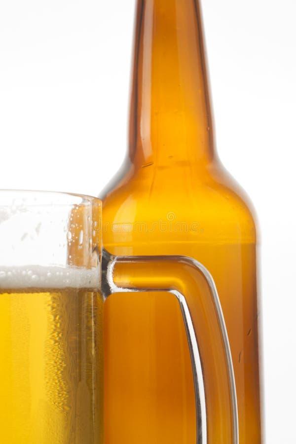 Vidrio y botella de cerveza imágenes de archivo libres de regalías