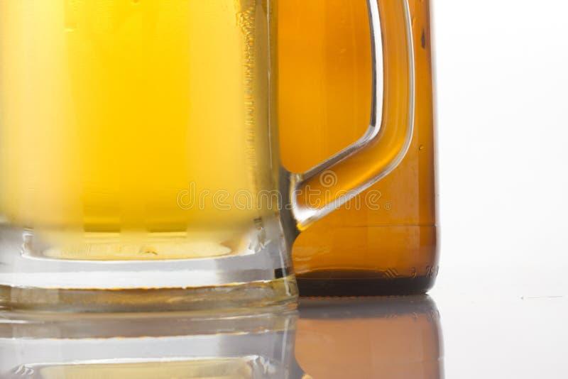 Vidrio y botella de cerveza fotos de archivo