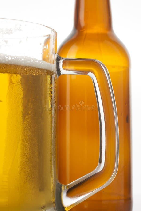 Vidrio y botella de cerveza foto de archivo