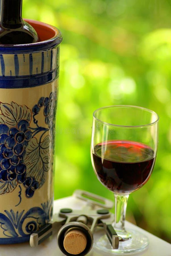 Vidrio y botella de vino rojo fotografía de archivo