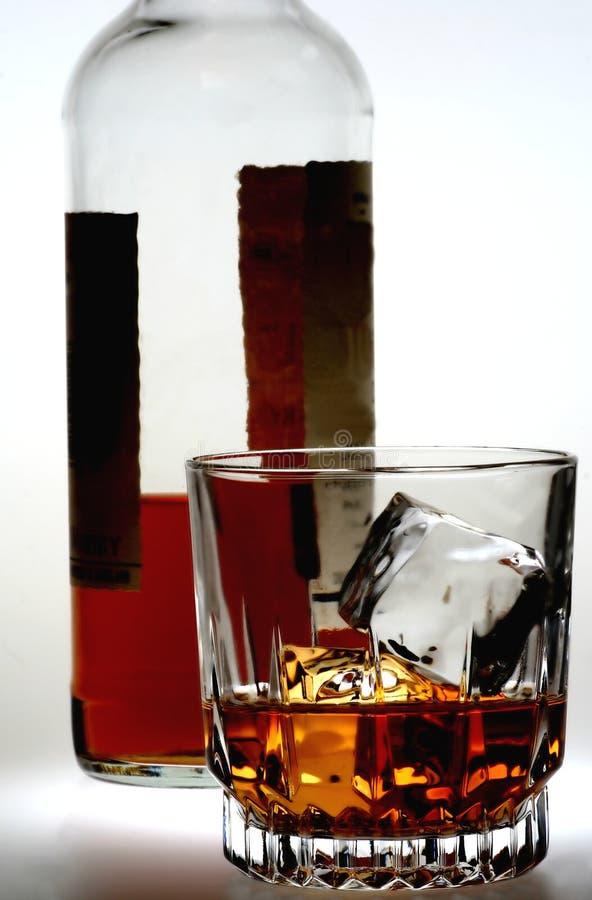 Vidrio y botella del whisky foto de archivo libre de regalías