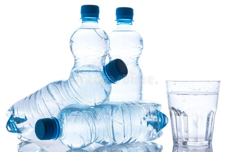 Vidrio y botellas con el agua dulce fotografía de archivo