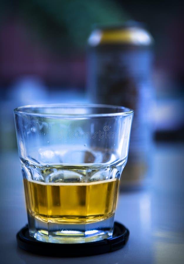 Vidrio y cerveza imagen de archivo