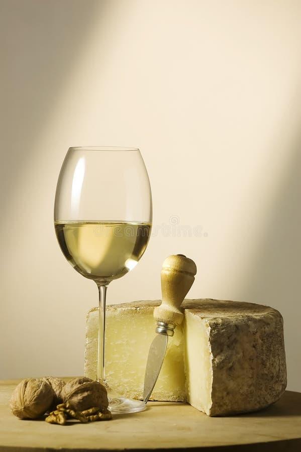 Vidrio y queso del vino blanco imagenes de archivo