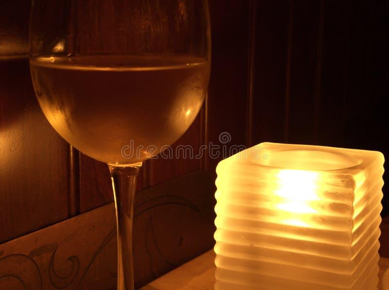 Vidrio y vela de vino fotos de archivo