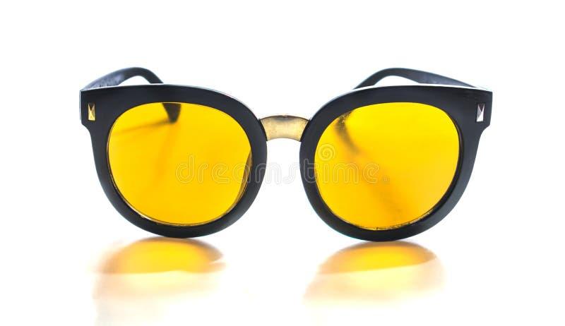 Vidrios amarillos aislados en el fondo blanco fotografía de archivo