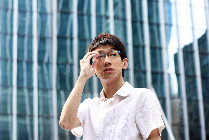 Vidrios asiáticos de la explotación agrícola del hombre de negocios fotografía de archivo libre de regalías
