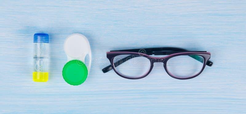 Vidrios, caso y envase para el almacenamiento de las lentes de contacto, mejorar la visión fotografía de archivo