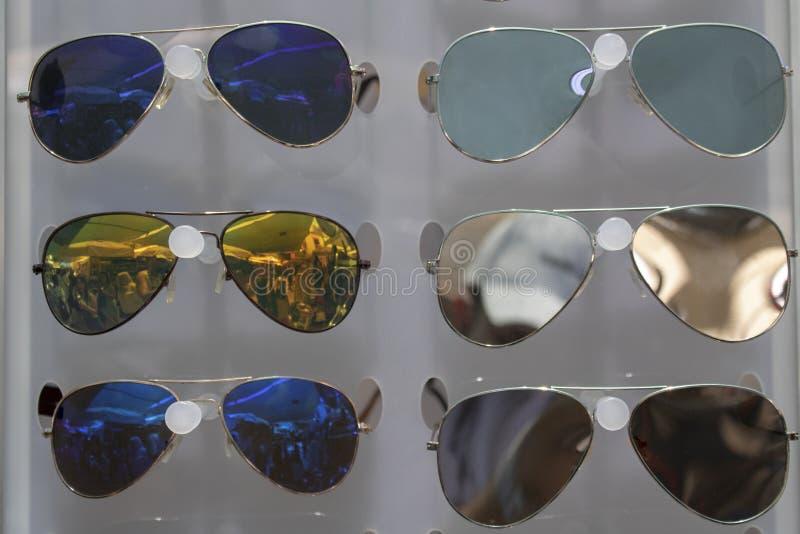 Vidrios colgantes con diversos colores fotos de archivo libres de regalías