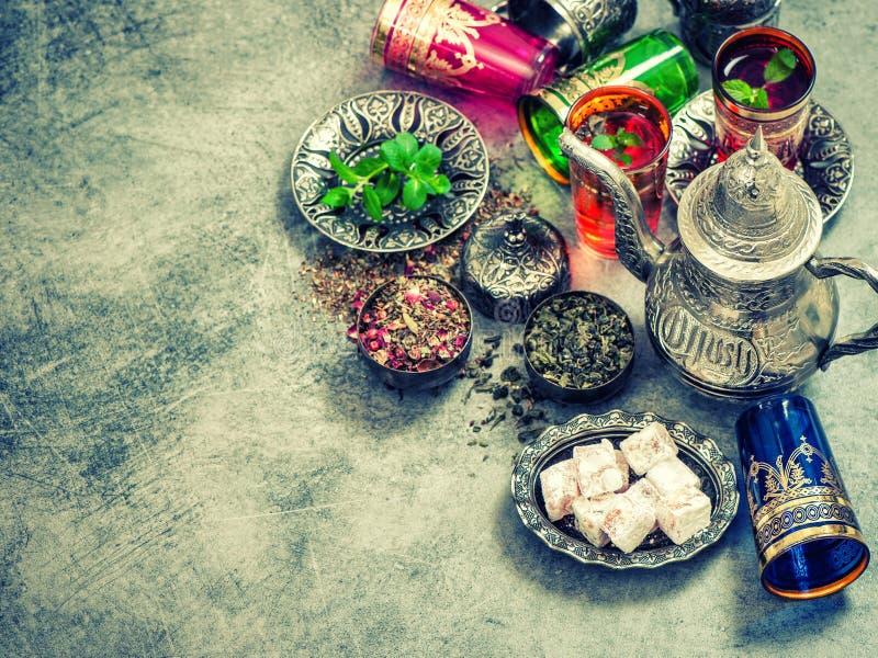 Vidrios coloridos del cubierto de la tabla de té Estilo de la vendimia fotos de archivo libres de regalías