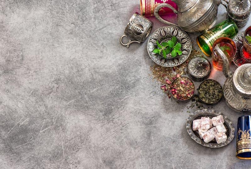 Vidrios coloridos del cubierto de la tabla de té Hospitalidad oriental foto de archivo libre de regalías