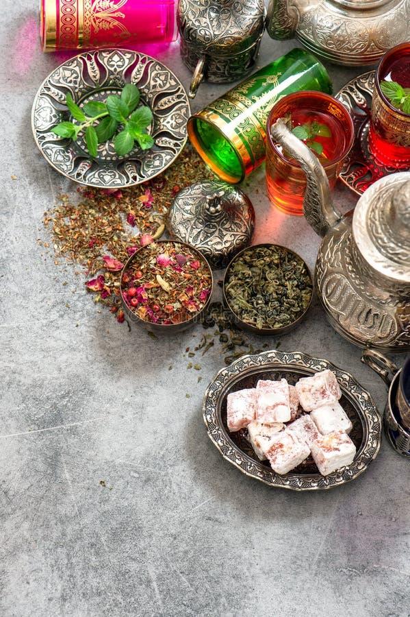 Vidrios coloridos del cubierto de la tabla de té Hospitalidad oriental fotografía de archivo