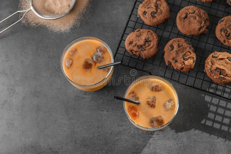 Vidrios con café helado delicioso imagen de archivo