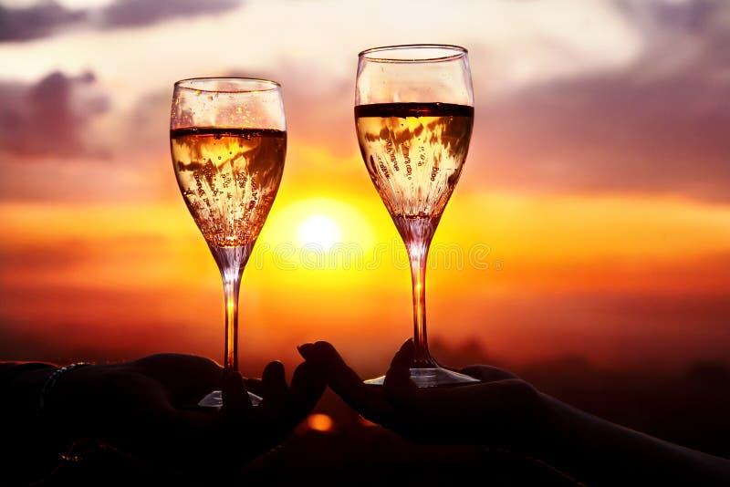 Vidrios con champers en la puesta del sol fotos de archivo libres de regalías
