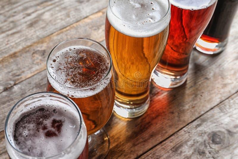 Vidrios con diversos tipos de cerveza sabrosa fría fotos de archivo libres de regalías