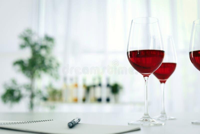 Vidrios con el vino delicioso en la tabla fotografía de archivo libre de regalías