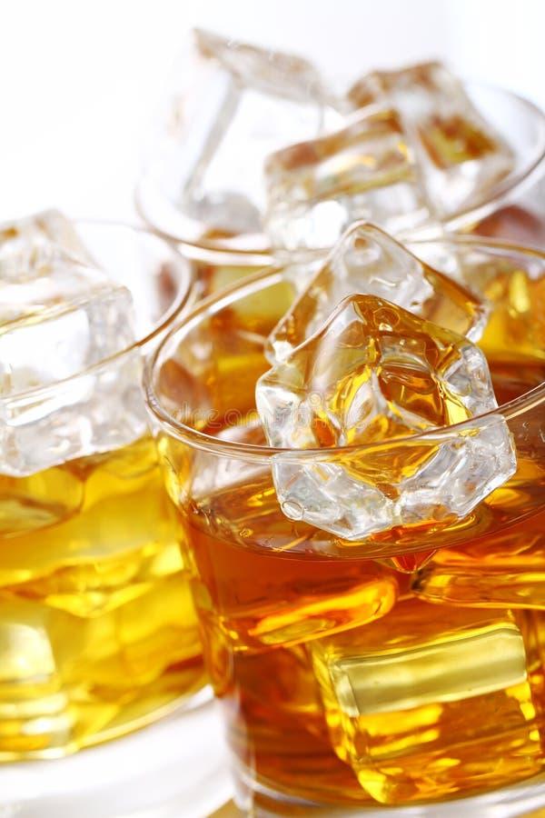 Vidrios con el whisky frío fotografía de archivo