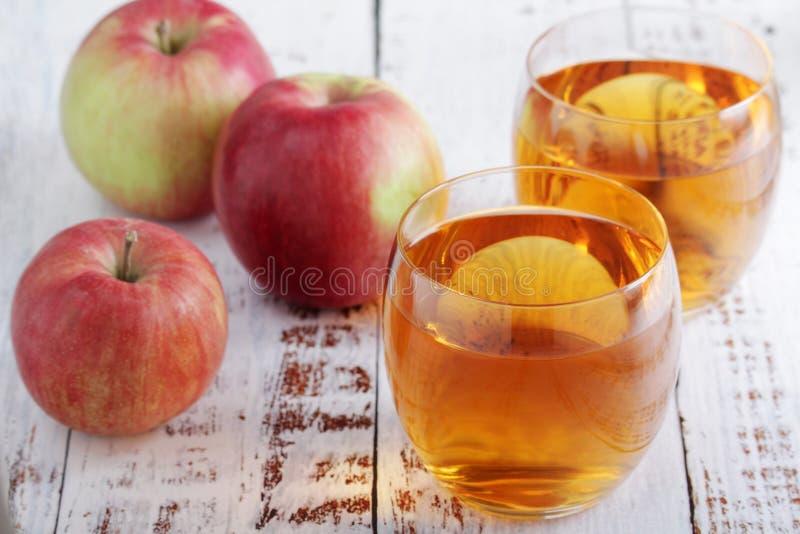 Vidrios con el zumo de manzana imagen de archivo libre de regalías