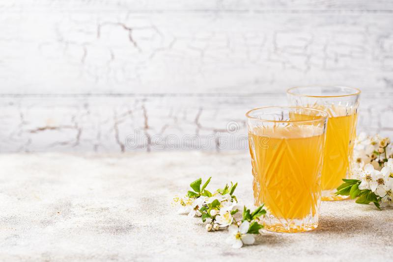 Vidrios con el zumo o la sidra fresco de manzana fotografía de archivo libre de regalías