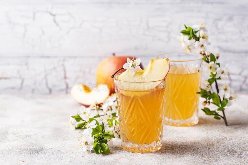 Vidrios con el zumo o la sidra fresco de manzana foto de archivo