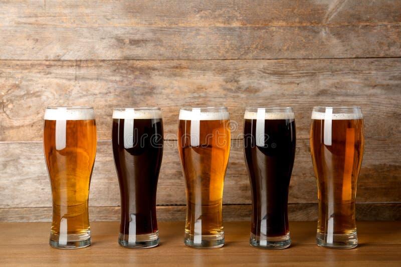Vidrios con la cerveza en la tabla imagen de archivo libre de regalías
