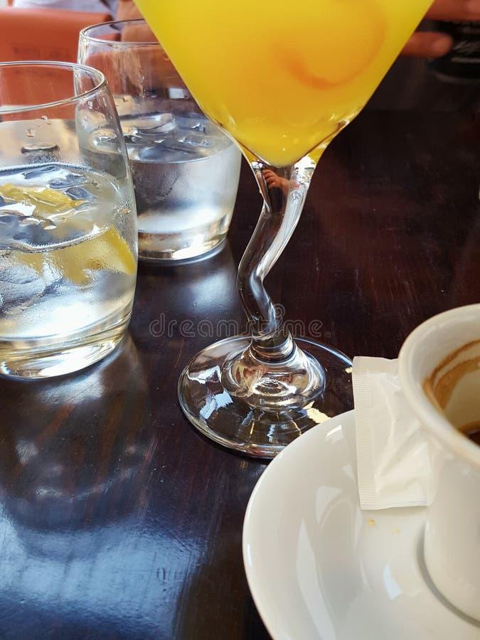 Vidrios con las bebidas en la tabla foto de archivo