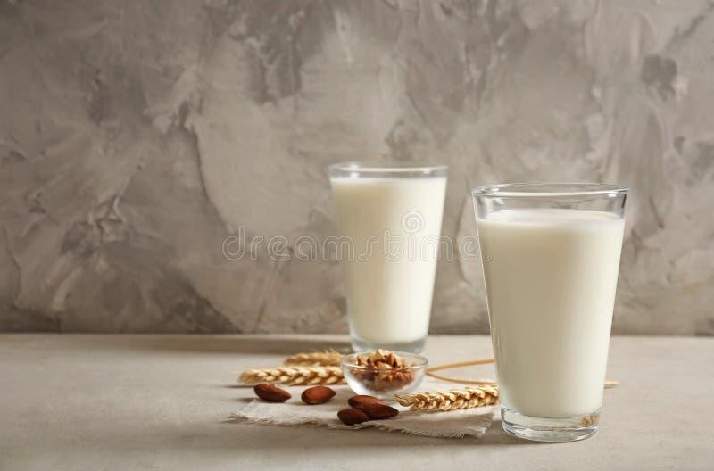 Vidrios con leche y nueces foto de archivo