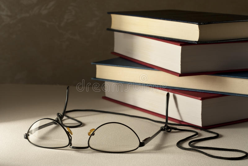 Vidrios con los libros foto de archivo libre de regalías