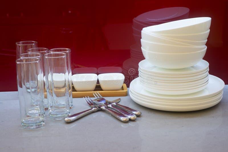 Vidrios, cookware y platos imagen de archivo