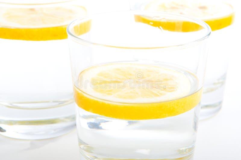 Vidrios de agua con el limón (2 fotografía de archivo