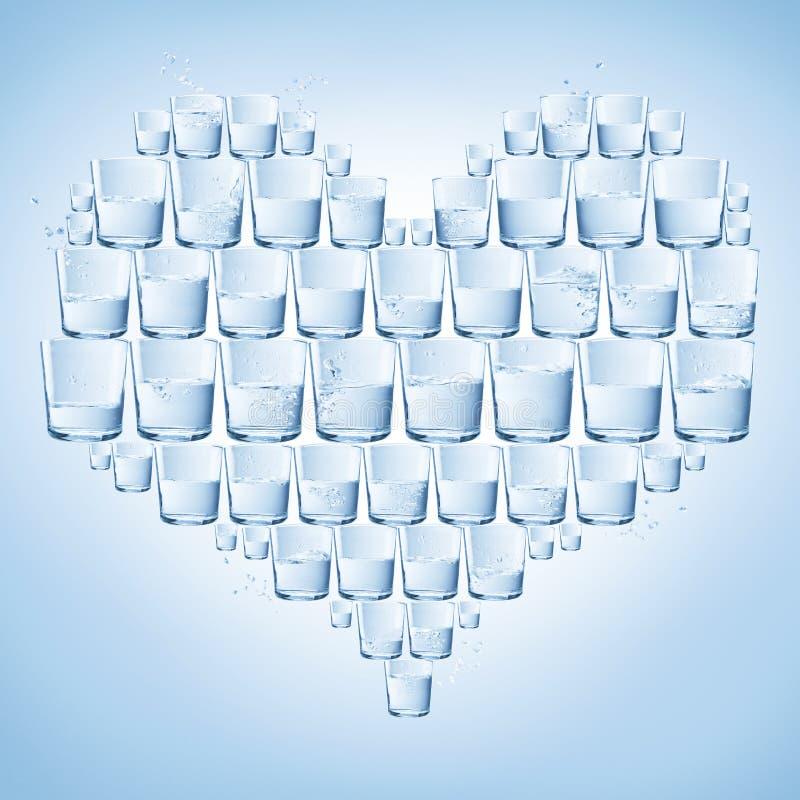Vidrios de agua formados con el corazón. Sano imagenes de archivo