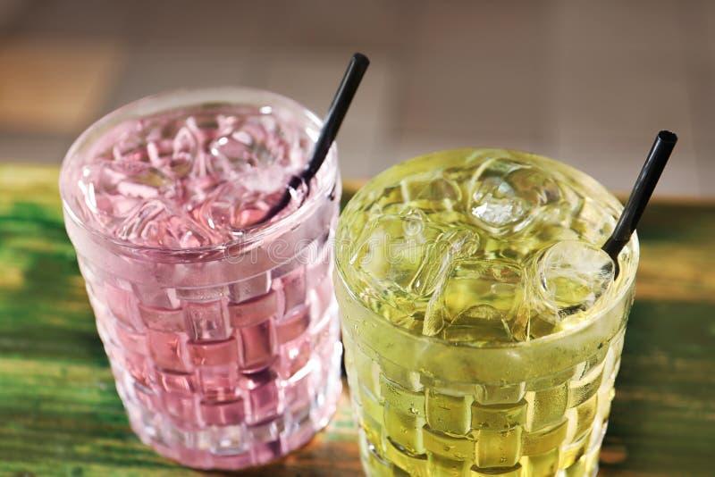 Vidrios de cócteles deliciosos con hielo imagenes de archivo