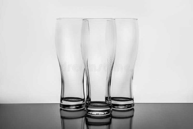 Vidrios de cerveza claros vacíos imagenes de archivo