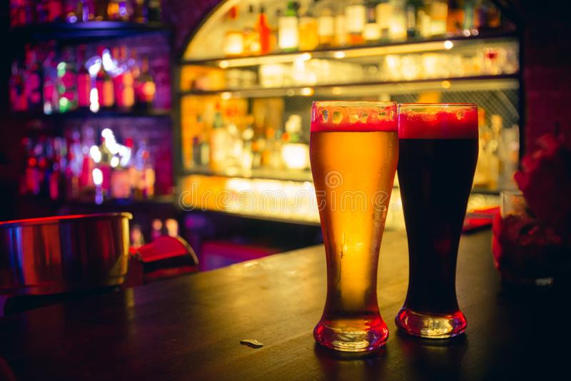 2 vidrios de cerveza en el contador de la barra foto de archivo