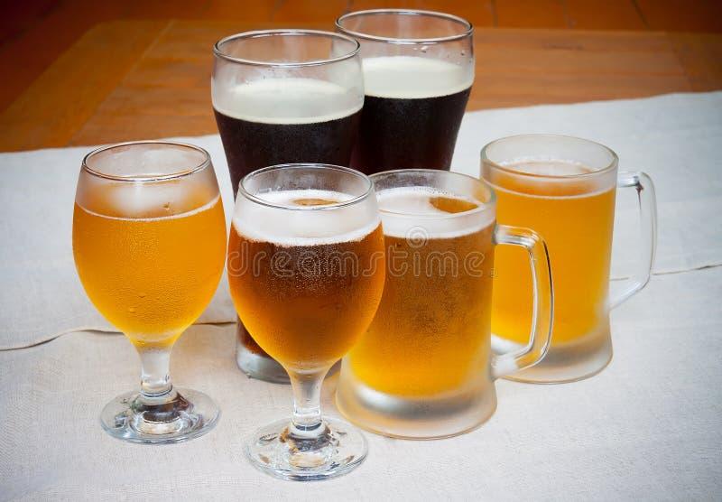 Vidrios de cerveza en la tabla imagen de archivo