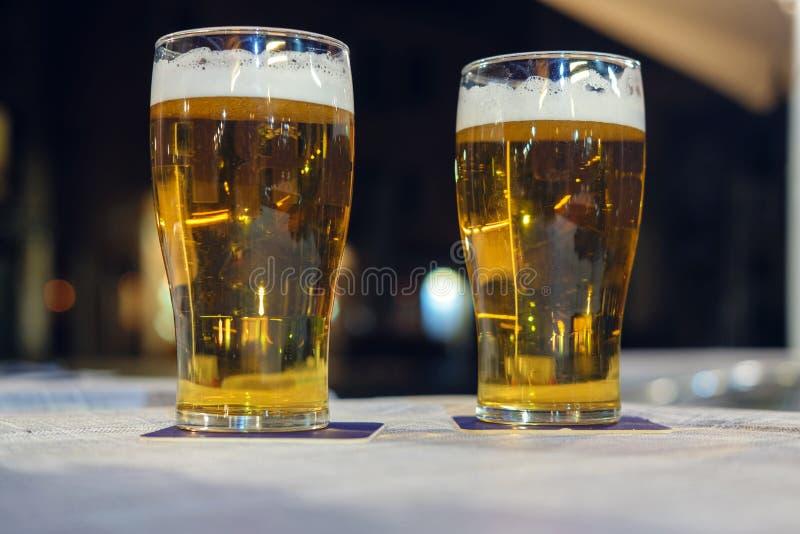 Vidrios de cerveza ligera fríos imagenes de archivo