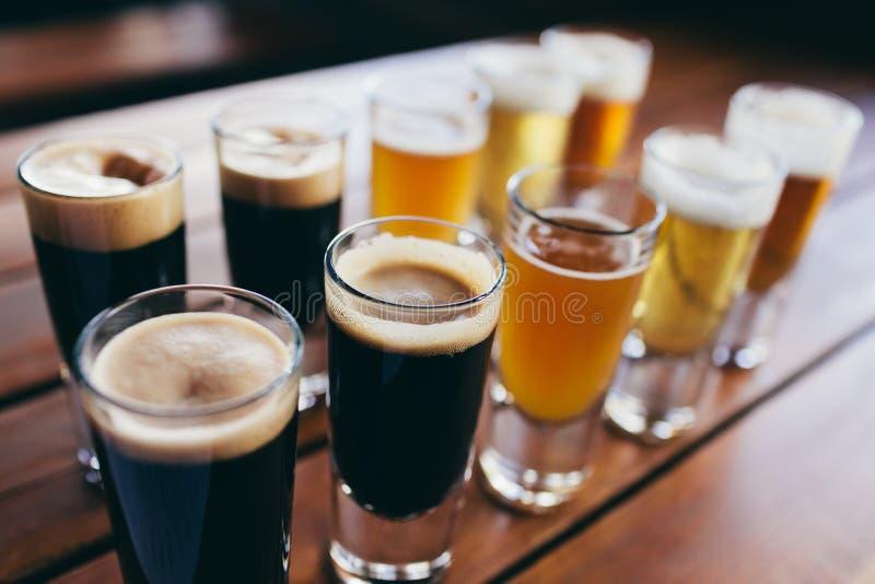 Vidrios de cerveza ligera y oscura foto de archivo