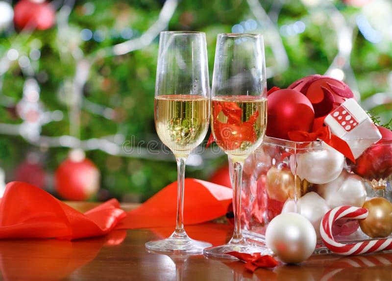 Vidrios de champán cerca del árbol de navidad fotografía de archivo libre de regalías