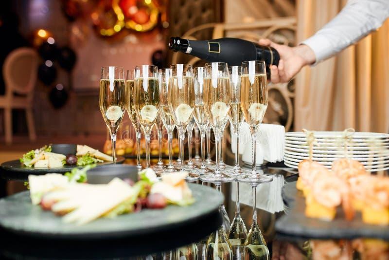 Vidrios de champán con bocados fotografía de archivo libre de regalías