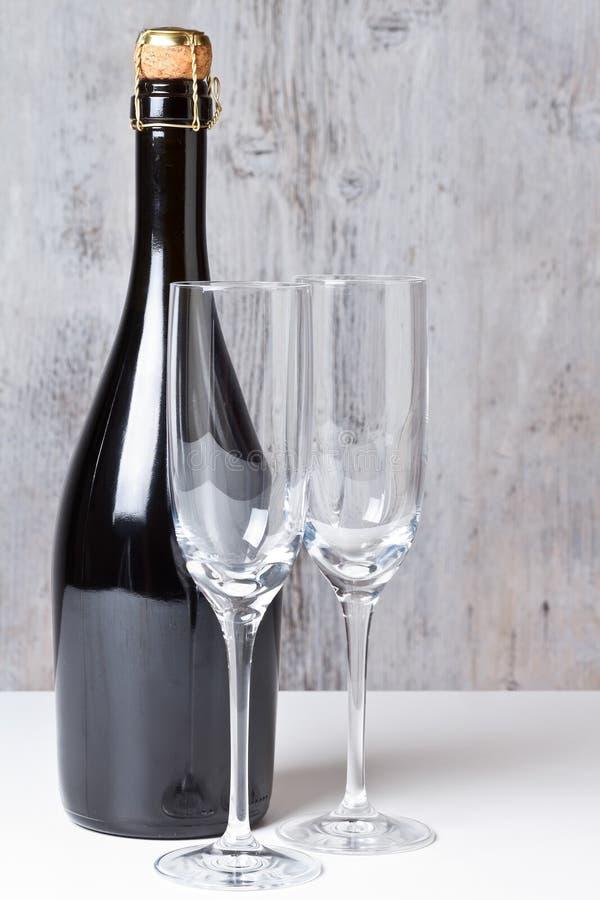 Vidrios de Champán con la botella fotografía de archivo