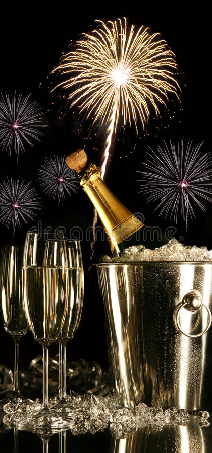 Vidrios de champán con los fuegos artificiales imagen de archivo libre de regalías
