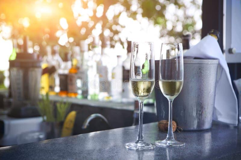 Vidrios de champán en barra al aire libre del centro turístico imágenes de archivo libres de regalías