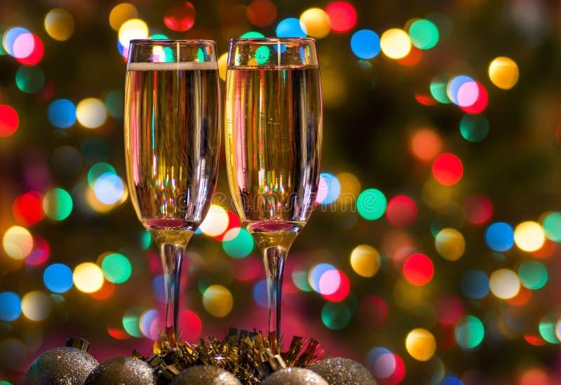 Vidrios de Champán en el ` s Eve del Año Nuevo Feliz Navidad y una Feliz Año Nuevo imagen de archivo