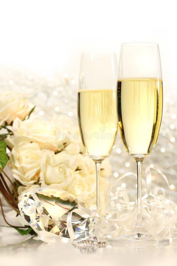 Vidrios de Champán listos para las fiestas de la boda imagen de archivo